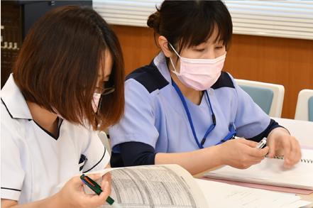 勉強をする看護師